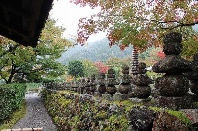 돌담 위에 석탑이, 그리고 이 돌담에 둘러싸여 수천 개의 무연불 석불이 즐비한 아사노 염불사이다