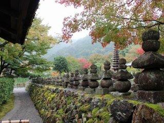 石垣の上に石塔が、そしてこの石垣に囲まれて幾千の無縁仏の石仏が立ち並んでいる化野念仏寺である