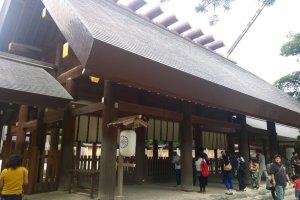 ศาลเจ้าอัตสึตะ (熱田神宮 / Atsuta Shrine) แห่งเมืองนาโกย่า หลังปัจจุบันนั้นสร้างขึ้นเมื่อปี ค.ศ.1955 หลังจากที่ถูกไฟไหม้จนวอดในช่วงสงครามโลกครั้งที่สอง แต่โครงสร้างทั้งหมดนั้นยึดตามต้นแบบอย่างศาลเจ้าใหญ่แห่งอิเสะ (伊勢神宮 / The Grand Shrine of Ise) ทุกประการ