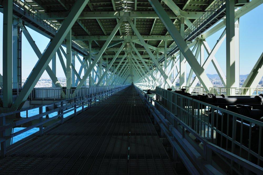 トラス構造の橋桁 歩行部は海面からの高さ約47m グレーチングの為もちろん海面は見えている。