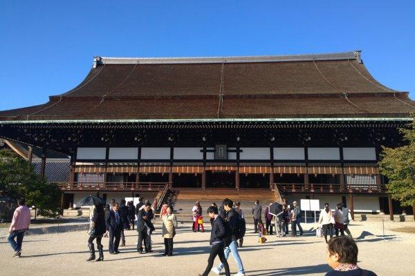 พระตำหนัก Shishinden อาคารหลักที่สำคัญที่สุดอันเป็นหัวใจของพระราชวังหลวงเกียวโต ซึ่งที่นี่ก็คือที่ที่ใช้ประกอบพระราชพิธีอันสำคัญอย่างเช่นพิธีราชาภิเษกเป็นต้น อาคารเก่าแก่นี้สร้างด้วยไม้อย่างประณีตงดงาม มีบัลลังก์สำหรับพระมหากษัตริย์อยู่ตรงกลางท้องพระโรง สองข้างของตัวอาคารนั้นจะมีต้นไม้ใหญ่โบราณยืนต้นอยู่สองต้น ด้ายขวานั้นก็คือต้นซากุระ ส่วนด้านซ้ายนั้นก็คือต้นส้มแมนดาริน และโดดเด่นด้วยลานหินสีขาวด้านหน้าที่มีการวาดลวดลายแบบเซ็นไว้ด้วย