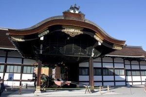 Shinmikurumayose ทางเข้านี้ถูกสร้างขึ้นใหม่ภายหลังให้เป็นทางเข้าสำหรับรถพระที่นั่งที่จะมาจอดบริเวณนี้เพื่อเข้าสู่ตัวพระราชวังชั้นใน โถงทางเข้าที่งดงามอลังการนี้ถูกสร้างขึ้นในพระราชพิธีราชาภิเษกในการขึ้นครองราชย์ของพระจักรพรรดิ์ไทโช (Emperor Taisho) ในปี ค.ศ.1915