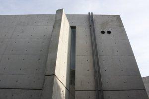 บริเวณที่ผนังคอนกรีตเสริมใยเหล็กตัดกัน อันเป็นการออกแบบเพิ่มเติมเพื่อสร้างอัตลักษณ์ให้กับสถาปัตยกรรมแห่งนี้โดดเด่นไม่เหมือนใคร