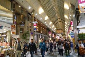 แหล่งช้อปปิ้งบนถนนเทรามาฉิ (寺町通 - Teramachi Street) นี้คึกคักเสมอ ด้านในเต็มไปด้วยร้านค้ามากมาย ด้านบนปิดด้วยหลังคาที่โปร่ง เดินสบาย ช้อปปิ้งสนุกได้ทุกฤดู