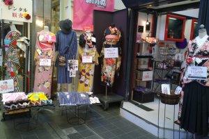 เสื้อผ้านั้นมีขายตั้งแต่เครื่องแต่งกายในอดีตอย่าง กิโมโน, ยูกาตะ, ไปจนถึงแฟชั่นสมัยใหม่