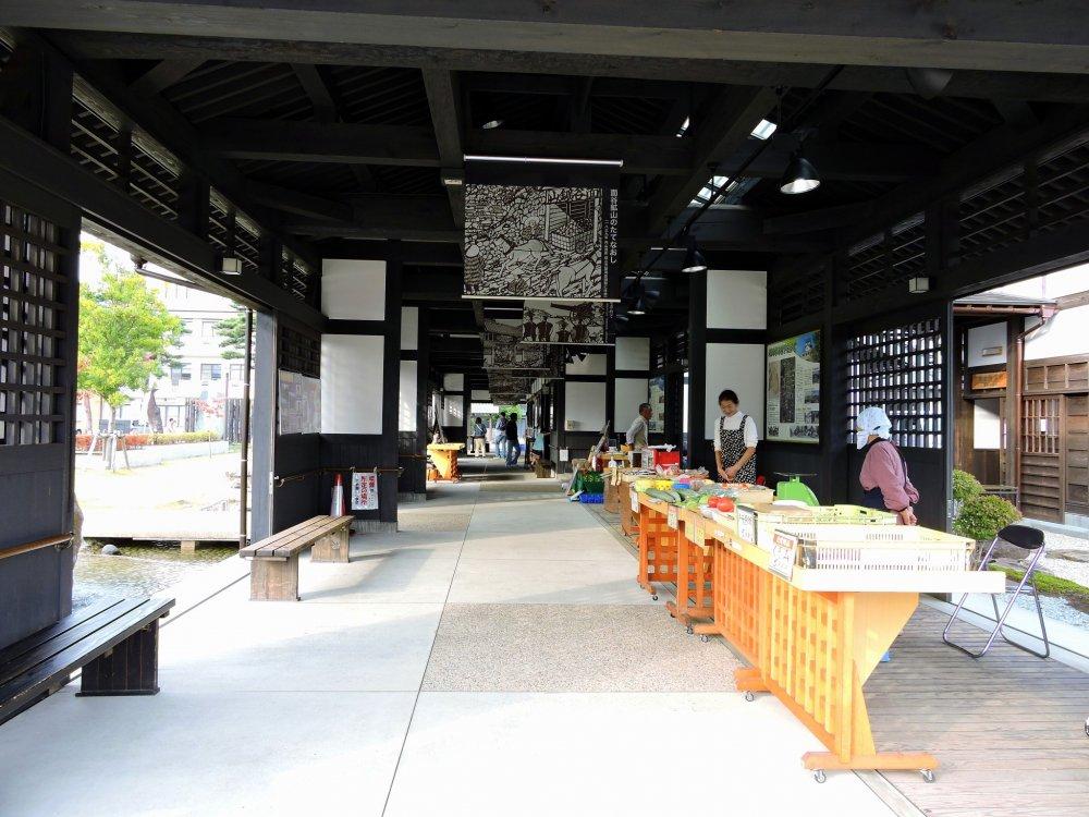 Ở bên trong nhà ga Yui có rất nhiều món ăn địa phương được bày bán