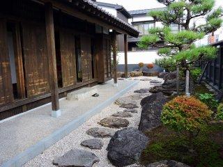 유이 역의 아름다운 일본 정원이 둘러싸고 있다