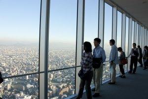 ด้านบนนั้นเราสามารถเห็นวิวสวยๆ ของเมืองโอซาก้าในมุมผ่านกระจกใสๆ บนตึกที่สูงที่สุดในญี่ปุ่น