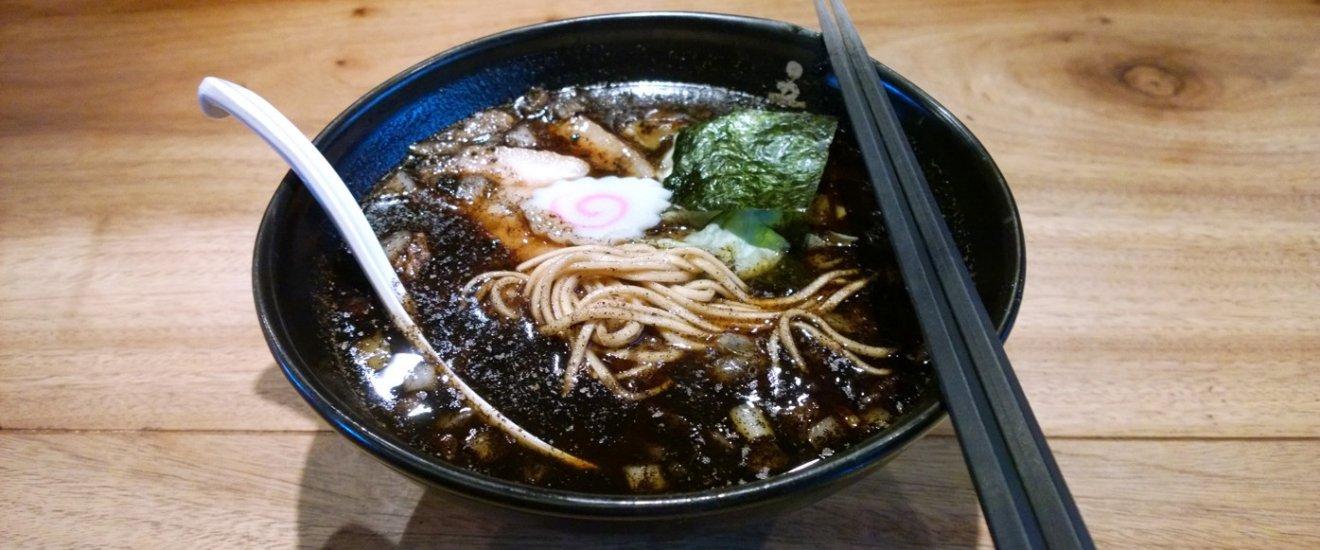 Kogashi Ramen หรือที่เรียกว่าราเม็งลนไฟ หรือราเม็งไหม้ ซึ่งสูตรเด็ดยอดนิยมของที่นี่เลยก็คือราเม็งโชวยุไหม้ (Burnt Soy-sauce Ramen) ชามนี้นั่นเอง