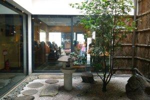 สวนญี่ปุ่นใจกลางร้านอันเป็นเอกลักษณ์อย่างหนึ่งของร้านอาหารหรือคาเฟ่ในสไตล์เกียวโตนั่นเอง