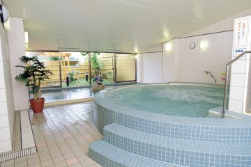 <p>Hotel Yokoteji has shared public baths divided for male and female guests with hot spring water and a sauna. The photo was taken with hotel staff approval.</p>