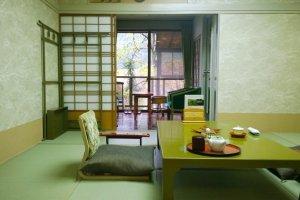 Kino Yakata - ห้องพักในแบบญี่ปุ่นดั้งเดิมอีกห้องที่มีการจัดไว้อย่างงดงาม และความพิเศษของห้องพักประเภทนี้ก็คือมีบ่อออนเซนกลางแจ้งส่วนตัวอยู่ที่ริมระเบียงห้อง ให้ได้แช่น้ำเคล้าธรรมชาติอย่างมีความสุขในโลกส่วนตัวได้อย่างแสนวิเศษทีเดียว