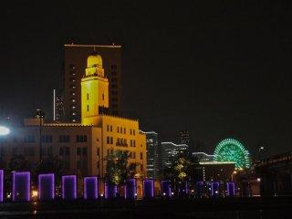 ライトアップされたパネルとクイーン(横浜税関)とコスモクロック21