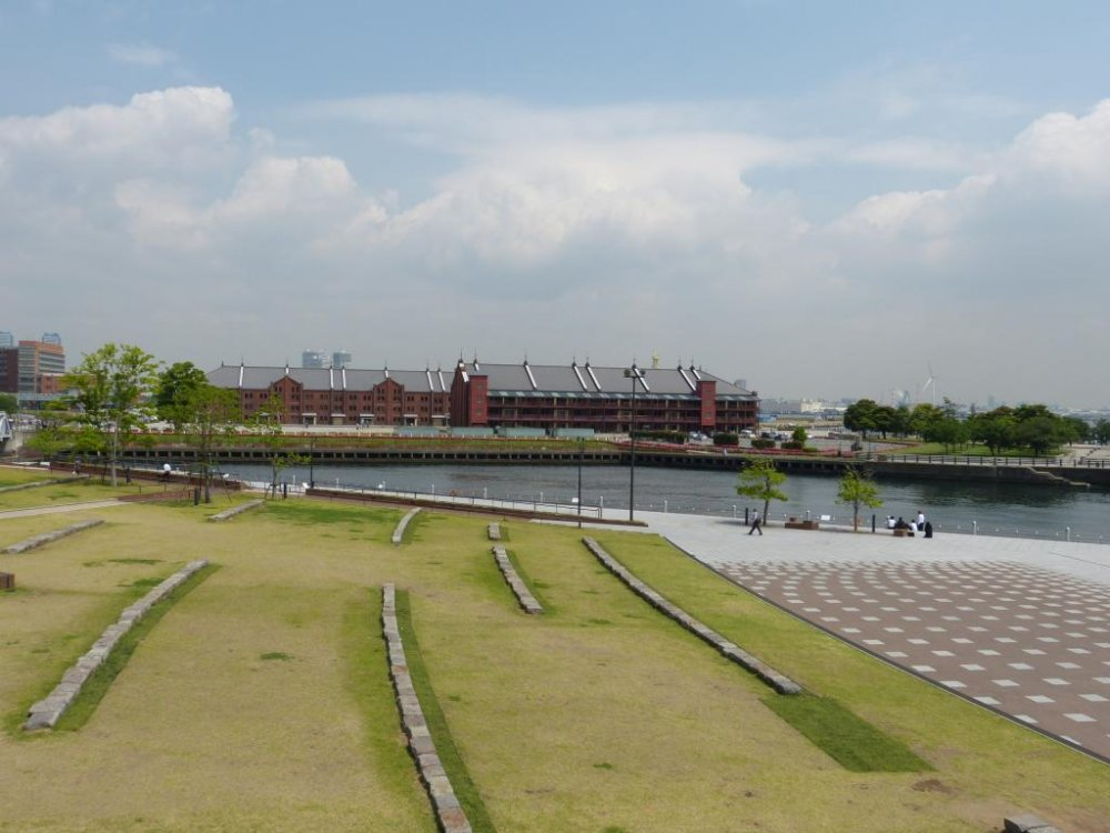 公園の芝庭は、緩やかに傾斜した半円形のひな壇になっている