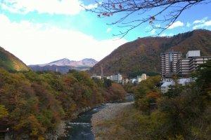 Kinugawa Onsen (鬼怒川温泉) เมืองแห่งออนเซนชื่อดังที่อยู่ไม่ไกลโตเกียวนัก สามารถนั่งรถไฟจากโตเกียวไปแช่น้ำร้อนสบายๆ ได้ในเวลาเพียง 1-2 ชั่วโมงเท่านั้น ซึ่งเมืองแห่งบ่อน้ำร้อนแห่งนี้ตั้งอยู่ริมแม่น้ำคินุ (Kinu River) ใน จ.โทชิกิ (Tochigi)