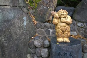 """คินุกาว่าตามศัพท์ภาษาญี่ปุ่นแปลว่า """"แม่น้ำแห่งอสูรที่กำลังโกรธเกรี้ยว"""" ดังนั้นยักษ์จึงถือเป็นสัญลักษณ์ของเมืองแถบนี้ และเราจะพบเห็นสัญลักษณ์ รูปปั้น ตลอดจนของที่ระลึก ไปทั่วเมือง"""