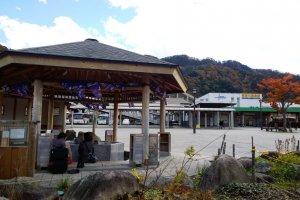 ที่สถานีKinugawa Onsen (鬼怒川温泉) นั้นยังมีจุดสปาเท้าไว้ให้แช่น้ำร้อนแบบสาธารณะซึ่งเป็นบริการฟรีของเมืองอีกด้วย สามารถนั่งแช่เท้าอุ่นๆ ไปพร้อมๆ กับวิวสวยๆ ได้ง่ายๆ และสะดวกสบาย