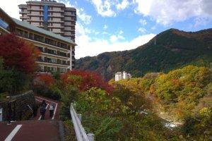 ทางเดินเล่นเลียบแม่น้ำคินุ ซึ่งแค่เดินเล่นชมวิวสวยๆ แค่นี้ก็คุ้มแล้วล่ะ
