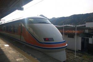 รถไฟด่วนพิเศษขบวน Limited Express ของ Tobu ที่วิ่งตรงจาก Asakusa สู่สถานีKinugawa Onsen เพื่อเพิ่มความสะดวกสบายและรวดเร็วให้กับนักท่องเที่ยวที่ต้องการมาสัมผัสเมืองแห่งออนเซนนี้