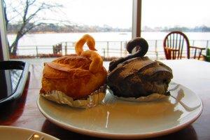Съедобная выпечка в форме лебедей в кафе Кобун