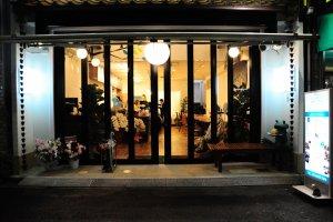 Beranda luar Sekai Cafe