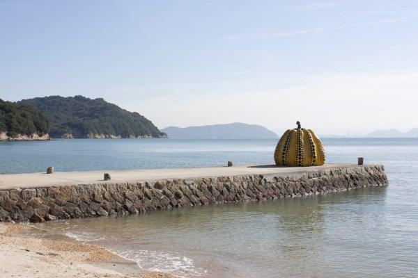 Yellow Pumpkin ประติมากรรมศิลปะอันมีเอกลักษณ์ของ Yayoi Kusama ศิลปินญี่ปุ่นที่โด่งดังในระดับสากล และนี่ก็คือ Public Art Sculpture ที่โดดเด่นที่สุดของเกาะ เป็นผลงานศิลปะที่ดึงดูดคนมาที่เกาะนี้มากที่สุด และกลายเป็นสัญลักษณ์ของเกาะนี้ไปเลยทีเดียว