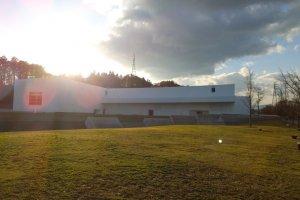 The Aomori Museum of Art (青森県立美術館) พิพิธภัณฑ์ศิลปะร่วมสมัยที่สร้างขึ้นบริเวณอุทยานประวัติศาสตร์ Sannai-Maruyama site (三内丸山遺跡) อันเป็นแหล่งโบราณสถานสำคัญหนึ่งของการกำเนิดญี่ปุ่น