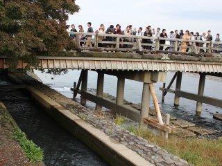 渡月橋は観光客に人気がある