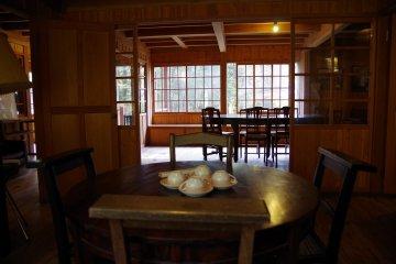 <p>Чайная комната на втором этаже внутри памятного домика Шоу</p>