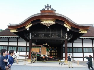 Shinmikurumayose. This structure was built as a new carriage entrance on the occasion of the enthronement ceremony of the Emperor Taisho in 1915.