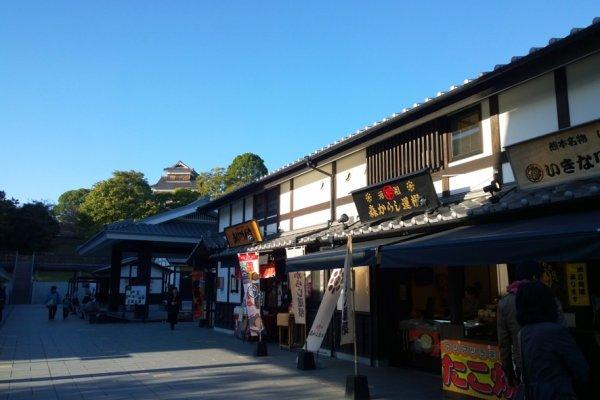 Sakurano Baba – Josaien (Sakuranokouji) ย่านการค้าโบราณที่จำลองอดีตเมืองแห่งปราสาทซึ่งเต็มไปด้วยร้านค้าเก่าแก่เรียงรายอยู่เต็มเมืองโดยด้านหลังนั้นก็คือบริเวณปราสาทคุมาโมโต้ที่อยู่บนเนินนั่นเอง