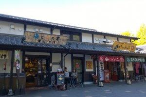 ร้านค้ามากมายหลากหลายประเภทเรียงรายกันอยู่ในบริเวณSakurano Baba – Josaien (Sakuranokouji)