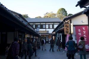 นี่ก็เป็นอีกตรอกที่สร้างความสนุกให้กับการเดินช้อป ดินชิม ใน Sakurano Baba – Josaien (Sakuranokouji)ไม่แพ้กัน
