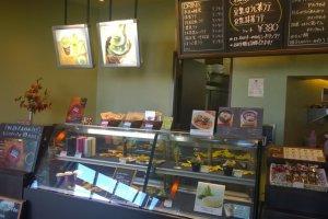 บรรยากาศภายในร้านKOOTS GREEN TEA คาเฟ่ชาเขียวที่มีมาตรฐานต่างๆ ไม่ต่างจากร้านกาแฟเก๋ๆ เลยทีเดียว