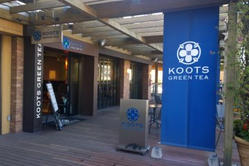<p>ด้านหน้าของร้าน&nbsp;KOOTS GREEN TEA คาเฟ่ชาวเขียว</p>