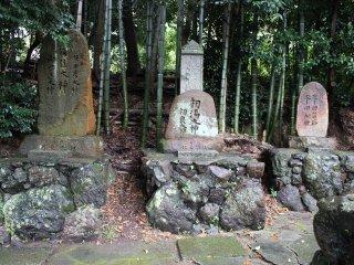 祠の正面奥に並び立つ石碑の数々
