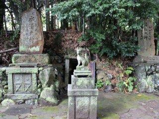 狐像の後ろに洞が空いていた。入り口は塞がれている