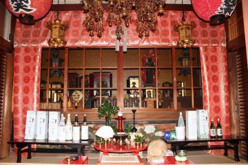 <p>The principle objects of worship inside the hall</p>