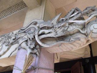 Этотразъярённый дракон готов соскочить на вас с карниза