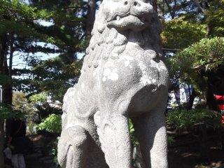 Этот лев-охранник - с закрытым ртом...