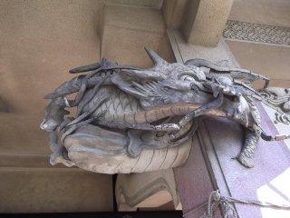 Другой дракон на карнизе