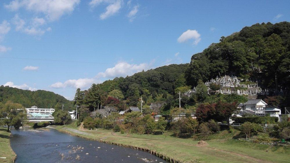 Bạn có thể nhìn thấy nghĩa trang ở bên kia con sông