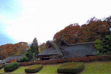 Старый японский дом в Музее народной деревни Осагоэ: вид с нижней улицы