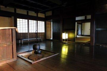Внутри старого японского дома, в деревянном полу установлен очаг ирори