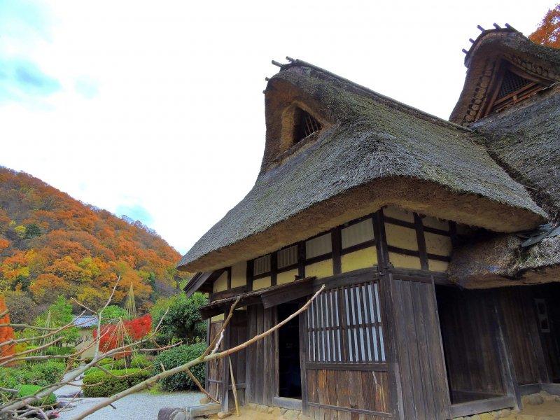 Старый японский дом с соломенной крышей в Музее народной деревни Осагоэ в Фукуи