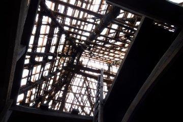 Вид на каркас крыши дома, находящегося на ремонте