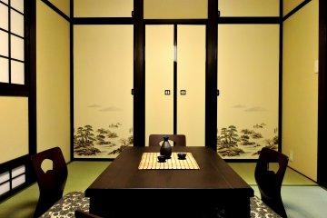 <p>마루 문에 그려져 있던 소나무와 바위 그림이 무척 맘에 들었었다. 사진에 보이는 테이블이 코타츠인데, 아쉽게도 코타츠에 담요를 씌운 사진은 찍지 못했다.</p>