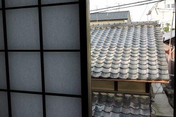 <p>교토에서 흔히 볼 수 있는 오래된 집의 기와 지붕</p>