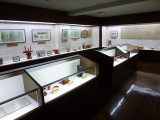 Some of the museum exhibits have English explanations.