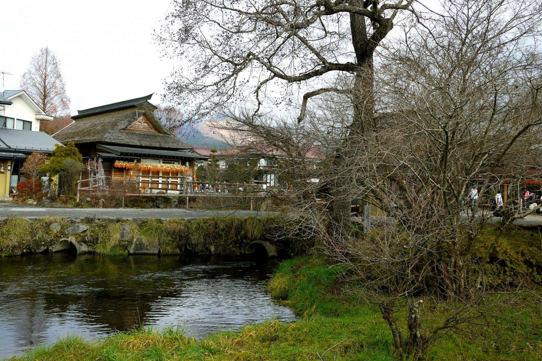 Oshino Hakkai là một phong cảnh với những ngôi nhà nông mái tranh, hồ nước và cây